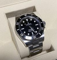 このロレックスの腕時計は本物でしょうか? 知人が腕時計を買ったらしいのですが、本物のロレックスでしょうか?画像で判断できる方はおられますでしょうか? また、本物である場合、こちらの腕時計はレアな(価値のある)ものなのでしょうか? よろしくお願い致します。