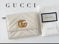 GUCCIの財布に詳しい方いませんか? 写真の三折り財布をヤフオクで落札したのですが、類似品がネット上に存在しないのですが、何かの限定でしょうか? 長財布は白色があるのですが、不思議です、分かる方いらっし...