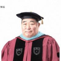 卒業式などに、 卒業生が、画像の様な帽子? をかぶるのは、どういった大学でしょうか?  私の卒業した大学にはない風習でした。 台湾人の友人の卒業式の写真を見ると しっかりとかぶって出席していました。...