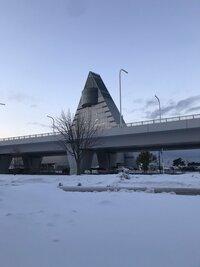 この建物は国内のどこにあるか分かりますか? 雪が降っているところなので、日本海側か東北地方だと思うのですが。 気になる建物なので、一度行ってみたいです。 よろしくお願いいたします。