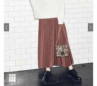 GRL(グレイル)でお洋服を買ったことがある方に質問です。 総ゴムのスカートは普段LLサイズを着る人だとキツいでしょうか。。。 写真のスカートが可愛いなと思ったのですが、総ゴムでウエスト58cmと記載されています。 トップスはゆったりしたものが多く着られそうですが、ボトムスはやっぱり細い方向けでしょうか? 仮に履けてもプリーツ広がっちゃいますかね… わかる方いましたらお願いします。