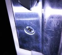 ネジ穴が潰れてネジが回りません。 玄関ドアのシリンダー交換がしたいのですが、2箇所のうち1箇所のネジ穴が潰れてドライバーが空回りしてしまいます。  輪ゴムを詰めて回してみましたが、ゴムが切れるだけでし...