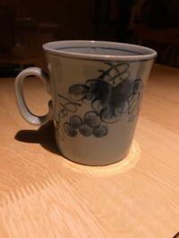 有田焼?のコーヒーカップを探しています。 父が生前愛用していたコーヒーカップにヒビが入ってしまいました。 とても使いやすくて私も気に入っていたのでどうにか同じものが手に入らないか探しています。 カップ...
