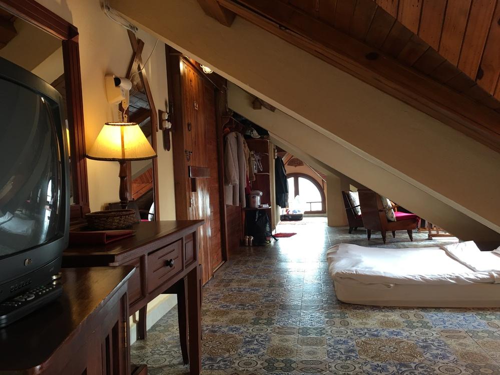 屋根裏部屋に泊まったことはありますか。 とても長細くて、床面積はあるんですが、3回くらい頭ぶつけました。 でも、とってもユニークで面白かったです。