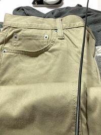 このズボンは何色ですか? この色に合わせたコーディネートを検索したいのですが、調べようがありません…。 教えてください。 クリーム色にやや黄緑を混ぜたような色だと思われます。 ずばり、何色でしょう?