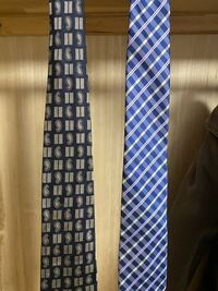 面接等のビジネスマナーが大事になってくる場面では、どちらのネクタイの方が良いですか? また、どちらとも相応しくなければそれまでに用意したいので教えていただきたいです。