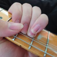 ギターに関する質問です チョーキングする時に指が下にいって、弦が指の上に乗っている状態になってしまうんですが、これって間違っていますか? ちなみに、写真のようにして普通のチョーキングもできなくはないんですが、やはり何ヶ月も指を下にやる方法でやってきて手癖になっているのか、スムーズに出来ません。(間違えてエリクサーのミディアム弦を買ってテレキャスターデラックス張ってるからかもしれませんが笑) ...