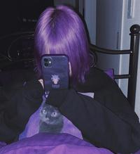 髪色を写真ぐらいのハッキリとした紫にしたいのですが、ブリーチ(市販のマニパニのやつ)で何回ぐらいしたらいいですか? 今の髪色は黒で1年前ぐらいに黒染めしてます