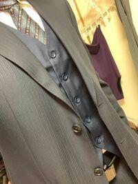 スーツ。組み合わせ。インナーベスト。についてです。 こんにちは20の男です。今スーツ持っていて追加でインナーベストを買いました。スーツはストライプのネイビー?かと思われます。そして追加でインナーベストを買いました。この組み合わせは変でしょうか。。? 色使いや組み合わせがまだまだ成人したてのガキなので是非皆様の知恵をお借りしたいです。  よろしくお願いします(_ _)