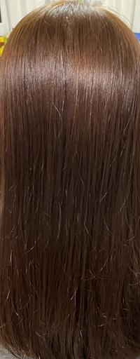 冬休みの間に髪色を変えたいと思い、市販のカラー剤の一番明るい色で染めました! すると、元々がとても暗い黒髪だったため色があまり入りませんでした。そのため、もう一回違うメーカーの似た色で染めると、写真...