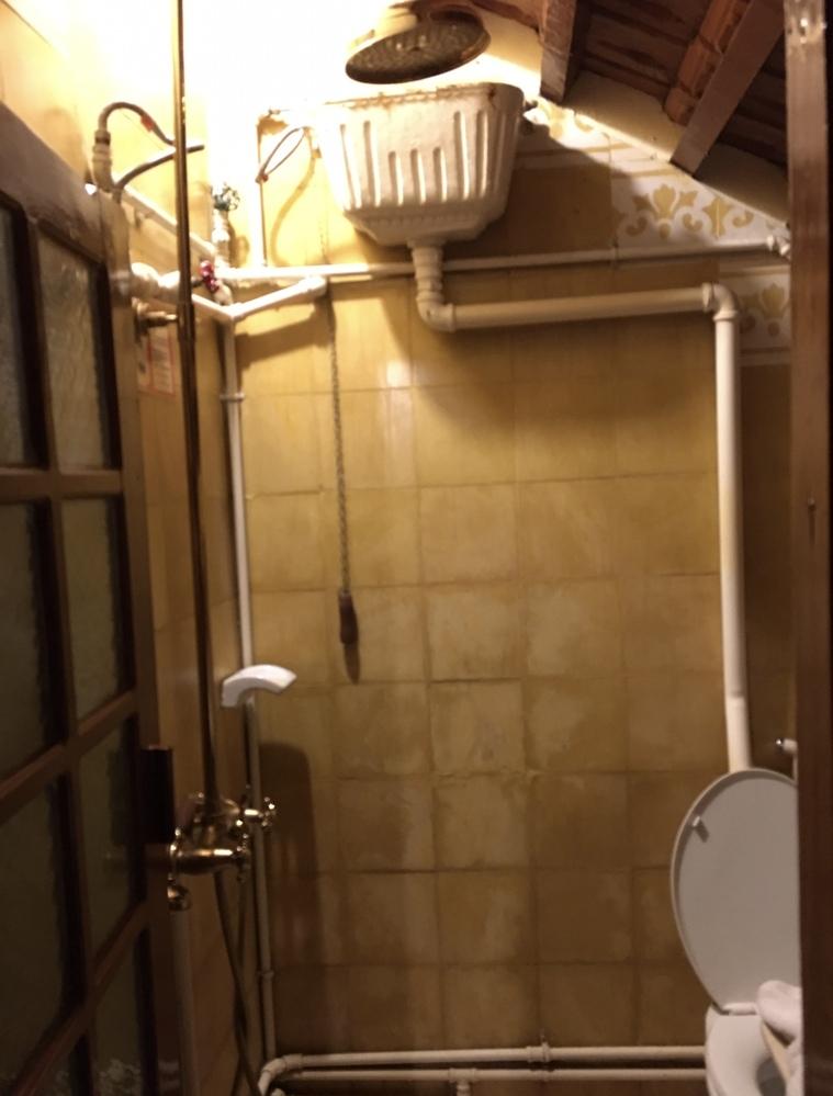 上に付いているトイレタンクで紐を引っ張ると水が流れるタイプって、今時、珍しくないですか。 先日、泊まったホテルの部屋のトイレです。 最近、見たことありますか。