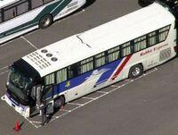 バスの運転士さんが高速道路上で意識がなくなって、 バスに乗っていた乗客が替わりに目的地(あまり遠くはないところ)まで運転をしたとします。 ・ 緊急事態のときに替わりに運転をした乗客は普通車の免許しか持...