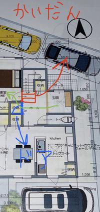 玄関と階段の間取りの相談です。 どうか知恵をお貸しください。 階段の踏み板が、どうしても三角になるところを作りたくなかったため、四角の踊り場にしてもらっいました。 ところが、天井に階段の一部が出てしまい、天井の壁が斜めになるところが出てきて、見た目がわるくなるとのことです。 代替え案が赤の図のところのように、階段を三段一マス分ホール内に出し、ドアを新たに青の部分につけて、そこから寝室に...