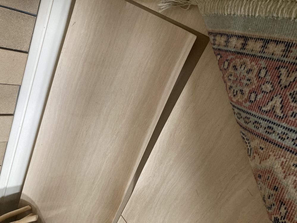 パナホームで家を建てて築10年が過ぎ、家中の床の表面が剥がれてきました。 端っこが少しめくれて...