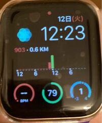 先日健康の為にApple Watch6を購入しました。 歩数計をコンプリケーションで常時表示させる為に、Pedometer++というアプリ(中央に表示されている物です)をダウンロードしたのですが、どれだけ歩いても歩数が反映されません。  おかしく思ってそのアプリ自体をApple Watchで開くと、しっかり歩数が測れているのですが、watchの表示では何分待ってもそれが反映されない状態です。...