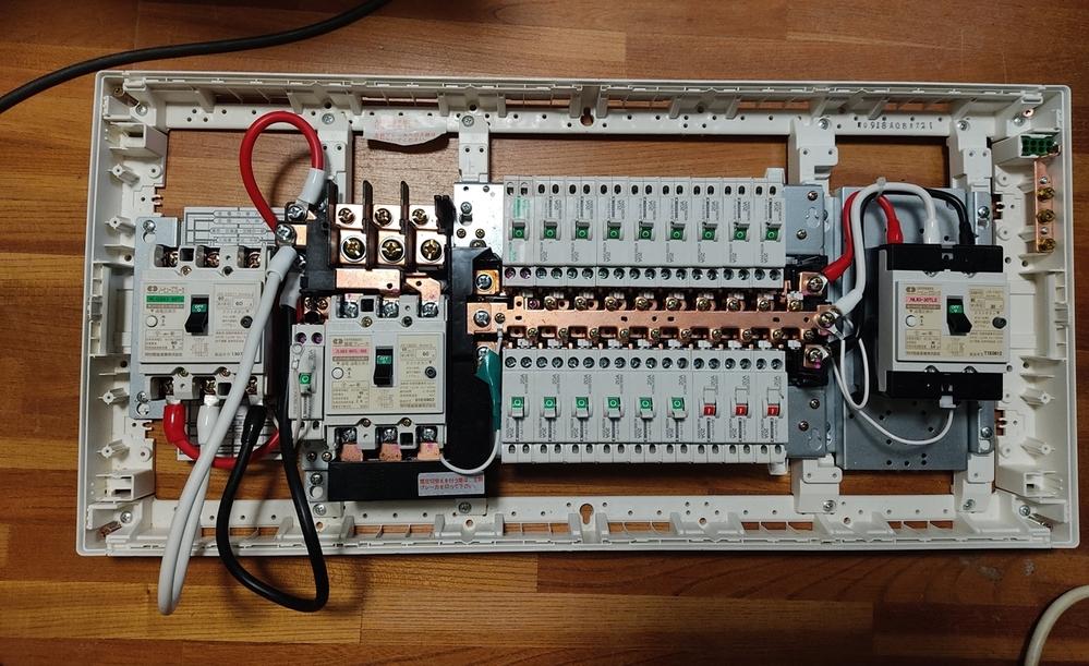 分電盤配線合っているのか確認お願いします。 主幹ケーブル短いので活線で延長してつけるのに、銅板が怖いので、ノーヒューズブレーカーつけます。 買いまくったウォルボックス、cvtケーブル要らなかった...