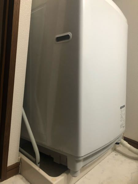 至急回答お願いします(╥ω╥`) 一人暮らしの女です。 洗濯機の裏?下?に仕事道具を落としてしまったので 動かして、なんとか物を取ったんですが この状態から戻せません。 洗濯機の後ろ側を奥まで...