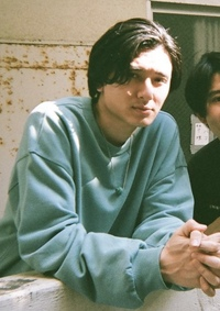アーティストの藤井風さんの、「青春病」というPVで着ていたターコイズブルーのトレーナーが、どこのものか知りたいです。 見たところロゴもなく、全く見当がついていません。 わかる方や、分かりそうな情報があ...