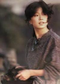 中森明菜のシングルとアルバムの曲どちらがいい曲が多いですか。