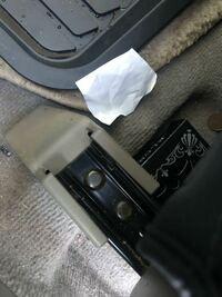 マークx120系の運転席のパワーシートを外して掃除したいのですが 外し方がわかりません... このネジみたいのを外せば取れるのでしょうか? ちなみにこのネジの名前とかわかる方いたらお願いします