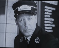 ヒッチコック監督の映画「白い恐怖」について 物語中盤とラストシーンにも出てきた切符切りの駅員さん、小藪さんにそっくりですが、エンドマークがこの上に乗るくらいなので有名な方なんでしょうか?