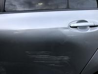 車の傷を治したい!  朝寝ぼけて車のドアを擦ってしまいました。 タッチペンで直そうとしましたが失敗しました。傷が見えなくなる程度に誤魔化したいのですがどうすればいいでしょうか。  皆さんの力をお借りしたいです。