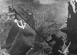 これはベルリン陥落の絵?写真?ですが どういった背景があってこんな写真が撮れたのですか? この写真はどこからどこを撮ったものなのでしょうか?