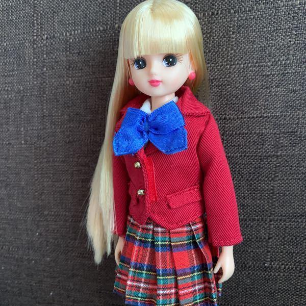 リカちゃん人形について。 画像のリカちゃんはなんと言うシリーズで、当時価格がわかる方いますか?? 2002〜2003年頃に銀座博品館で買いました。 ビニールに入ってリボン留め?されていて、靴は...