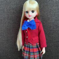 リカちゃん人形について。 画像のリカちゃんはなんと言うシリーズで、当時価格がわかる方いますか??  2002〜2003年頃に銀座博品館で買いました。 ビニールに入ってリボン留め?されていて、靴は履いていなく、...