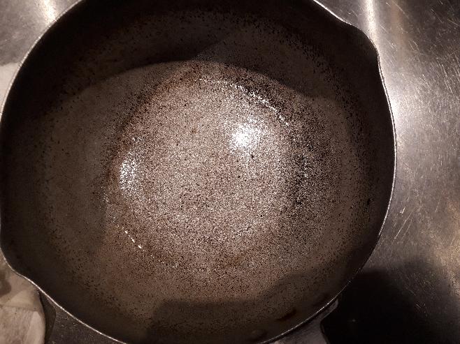 おもいっきり焦がしてしまった鍋を重曹でよく洗ったのですが、写真のようにまだ焦げが残ってます。これ使っても大丈夫でしょうか? この焦げはもうおちないのでしょうか?