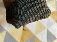 ニットの袖口の 糸が飛び出てきました!「表現がわかりません」 セルフで直す方法なにかありますか?  ご教示下さい。