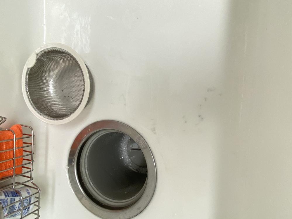 人工大理石のキッチンでフライパンを洗うと、写真のようにフライパンの裏の着色が毎回付いてしまいます。 毎回キッチンハイターをして汚れは取れてはいるのですが、料理をするたびに付くので毎回ハイターしな...
