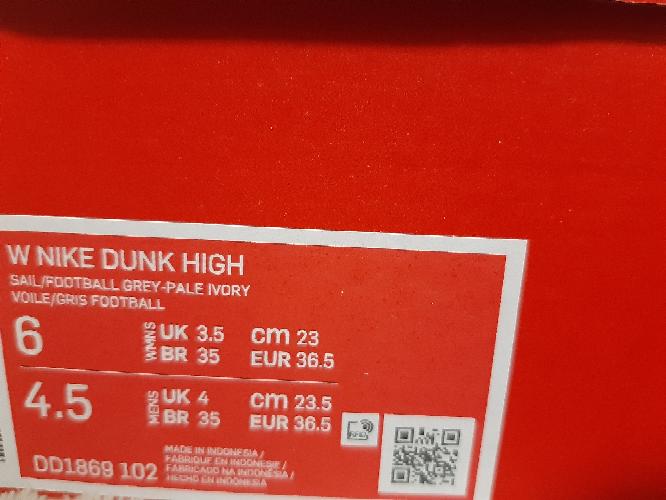 SNKRDUNKでの出品について質問です。 スニーカーのサイズについてMENSとWMENSのサイズが下の写真の通り別になっています。 スニダンで出品する際はどちらのサイズで出品すればいいでしょ...