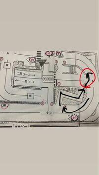 教習所でのことについて質問です。 黒矢印の方向でクランクに入り出た後赤丸のしてあるところに行く場合、方向指示器で合図って出しますか?? わかりにくくてすみませんが、わかる方がいれば回答をお願いいたし...