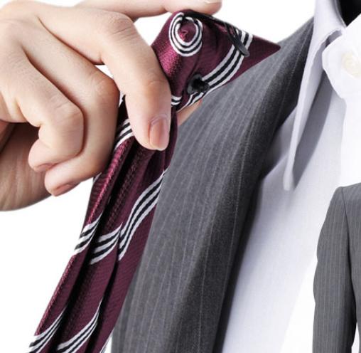パーツの名前が知りたいです。 瞬間ネクタイと呼ばれるものを使われている資材の名前はなんでしょうか?※画像のようにシャツに直接挟み込んで留めるタイプの資材です。 お気に入りのネクタイで瞬間ネクタイ...