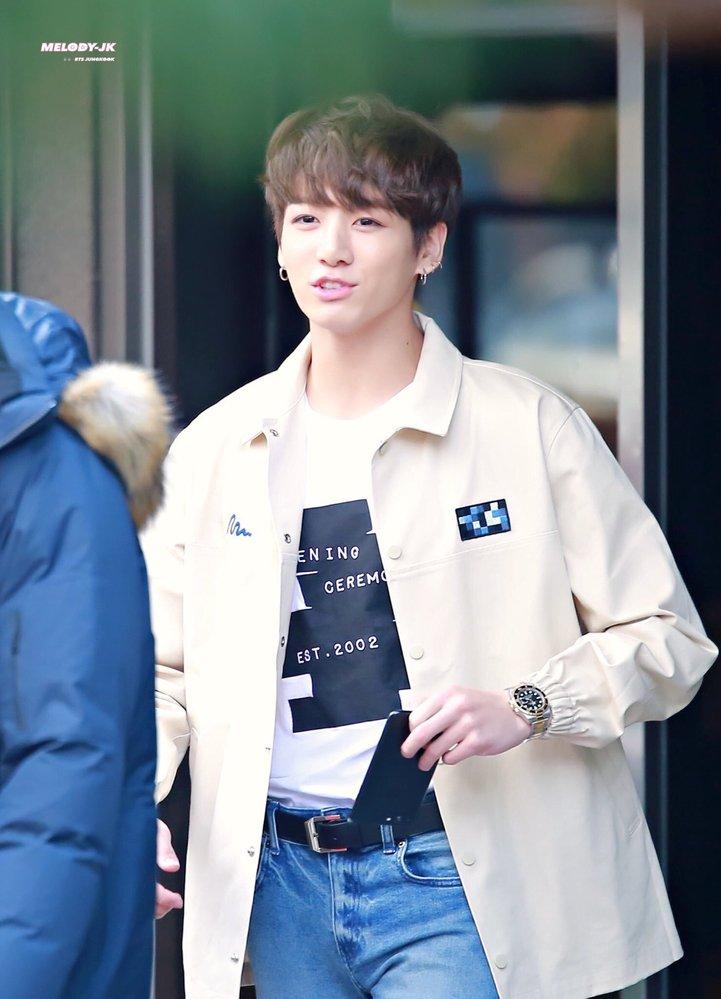 ブランド ロゴ 韓国 ジョングクが着ているジャケットのブランドが知りたいです!お分かりになる方いらっしゃいますでしょうか? 画像検索から商品がないか探しましたが中々見つからずいますので、わかる...
