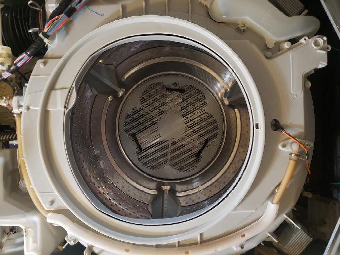 ドラム式洗濯機の組み立て過程で、ゴムワイヤーを引っ掛ける所が分からなくなってしまいました。 分かる方いませんか?