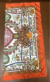 このエルメスのスカーフの正式名称分かる方いますでしょうか。 親が1999年に親戚から貰ったものらしいです。 もう少し写真の情報いりますかね。
