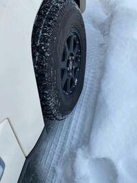 タイヤってこんな沈みましたっけ? タイヤ交換をしたばかりで業者にやってもらったので空気圧も大丈夫なはずなんですが、、、