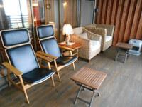一人がけチェア  一人掛椅子  手前の黒い椅子はどこの椅子かわかりますか? 王が頭ホテルにありました。