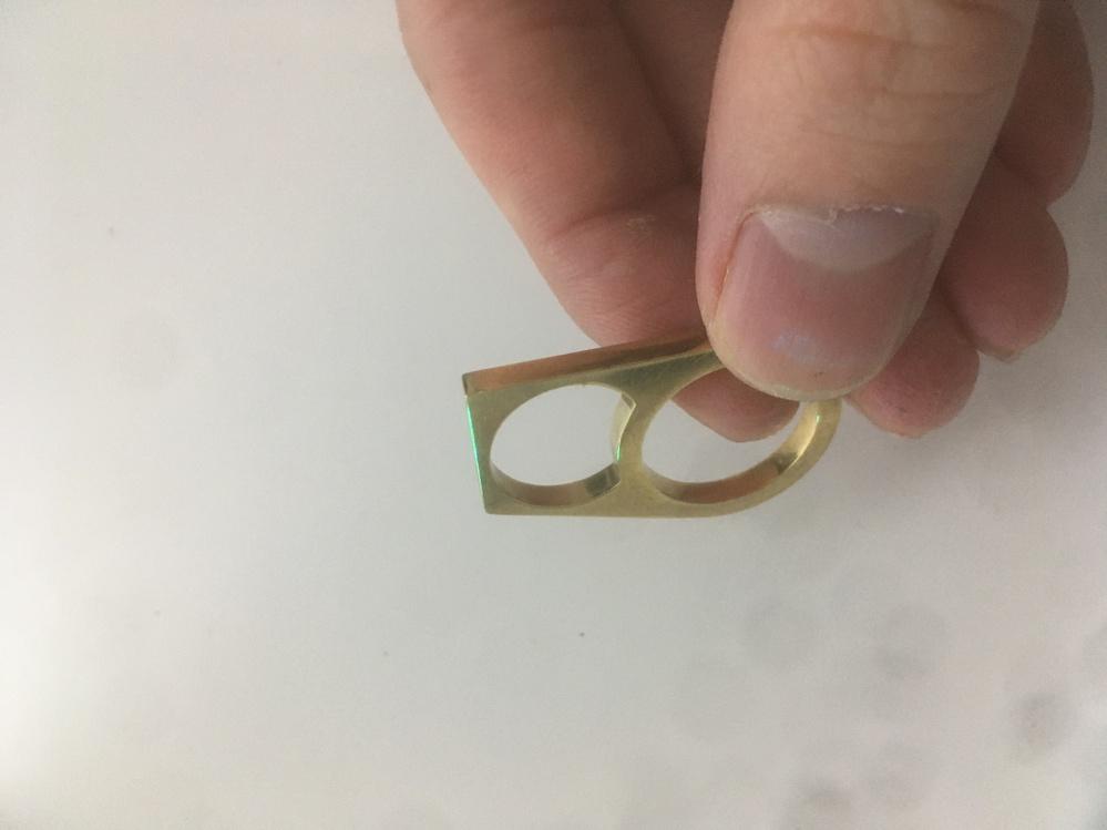 写真のような形のアクセサリー(素材は真鍮、銀等)を研磨するのに、チェンジバレル研磨機か磁気バレル研磨機を買うかで悩んでいます。 大まかでいいので、これら二つの長所短所を教えていただけませんでしょ...