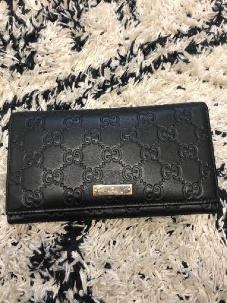 このグッチの財布はどこにシリアルナンバーがついていますか?