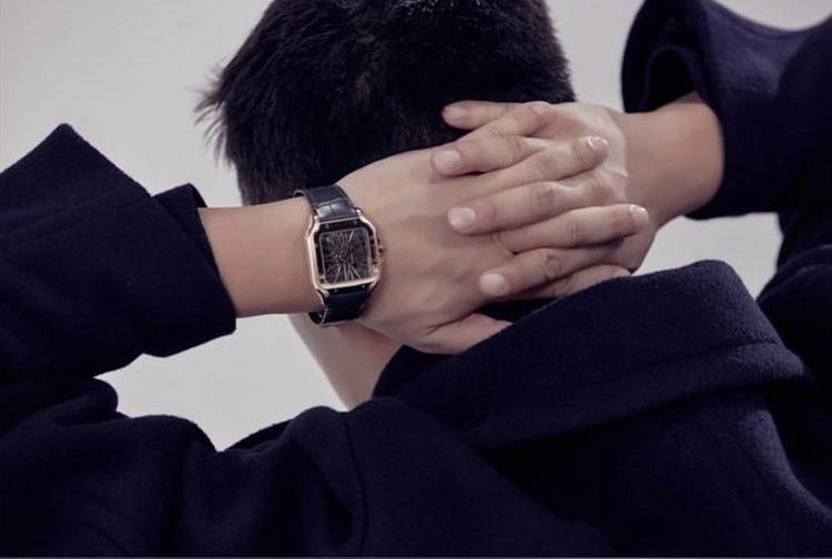 男性の腕時計について質問です。 添付した腕時計は どこのブランドですか? 見づらくて申し訳ありません。 お分かりになられる方がみえたら教えて下さい。 よろしくお願いします。
