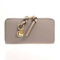 30代女、クロエの財布は若すぎますか? クロエのアルファベットが可愛くて気になっています。 ネットでクロエを調べると20代向けという評判が多いみたいで不安になりました。  添付画像の財布が欲しいです。色も...