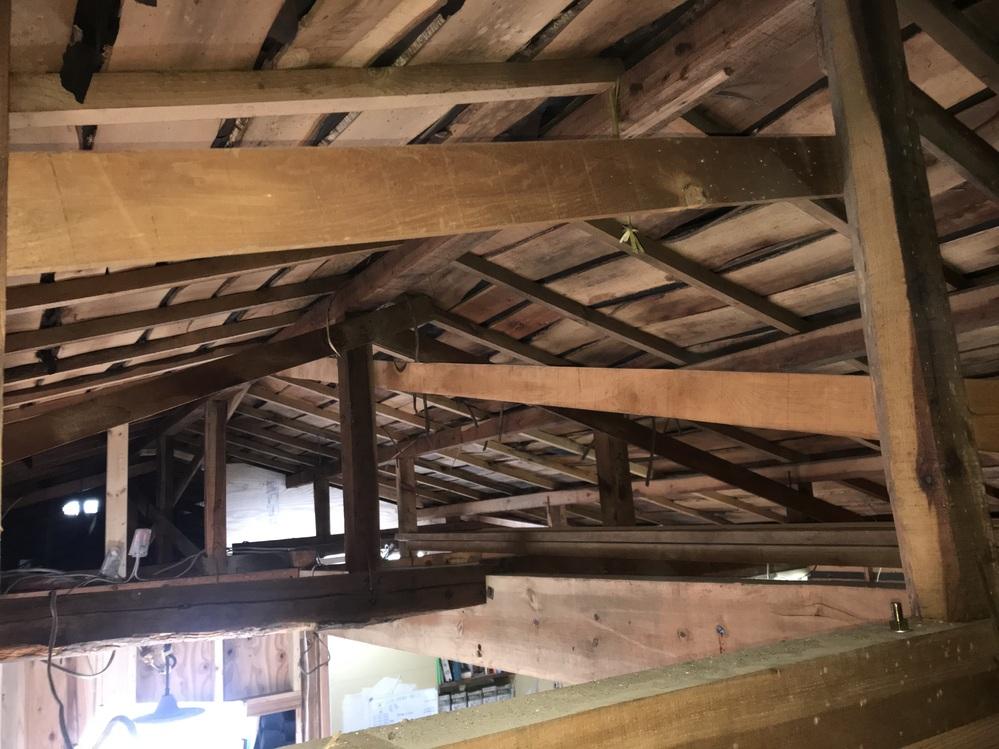 屋根裏天井に新しく骨組みを作って断熱材(100mm以上)を入れたいのですがどのような構造がいいのでしょうか? 平屋戸建の以前和室だった14畳ほどの部屋を自分でリノベーションしています。 既存の天...