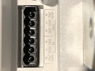 音源、アンプ、スピーカーの接続について詳しく教えて欲しいです。 お店で音楽を流すためBGM用として、 アンプBOSE ZA250-LZ スピーカーBOSE FS2PB 4芯ケーブルを購入したの...