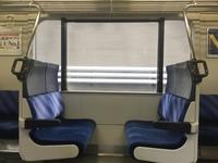 関東圏の狭苦しいクロスシート車って、2人で利用できればいいけど この座席に4人って足とか前に座ってる客とぶつからないのでしょうか? 相当せまくるしそうですけど。  よく関東人が(田舎から関東に移住してきてる層かもしれないけど) クロスシートよりロングシートの方がよほどいいとかいうのをみるけど  たしかに、こんな狭苦しいボックス席なら まだロングシートの方が足をのばせそうでよいかもしれないけど。