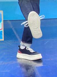 こちらの写真のスニーカーのブランド名 分かる方いらっしゃいますか? ブランド名とこの形のスニーカーのモデル名も分かれば教えて頂きたいです。