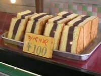 懐かしく美味しいお菓子について質問です! お疲れさまです。旧き昭和に幼少時代を過ごした者ですが、高級店ではない、近所の菓子屋で買えるお菓子類に色々と美味しい大好物がありました。 そのひとつが「シベリア」です。現在でもスーパー等で売っているのを見かけ、思わず買うこともありますが、どうも「餡が違う」気がするのです。「緑色がかった柔らかめの餡」がとにかく美味しかった記憶があるのに、最近のはただの羊...
