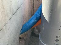 今後水漏れなどのトラブルが発生するのではないかと心配です。 詳しい方教えて下さい。  現在新築を施行中ですが、給水、給湯管?の 架橋ポリエチレン管が写真の様に曲がって周りの青いビニールが破けて、中の白...